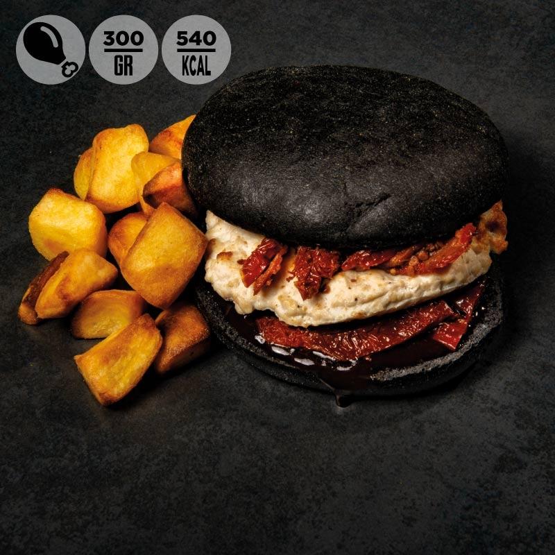 Black burger con pollo, pomodorini secchi, salsa barbecue e patate