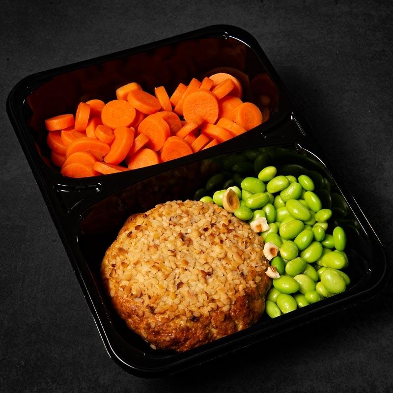 Burger di tonno in crosta di nocciole, edamame e carote